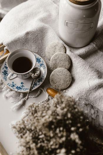 寒い冬、お出かけするよりも自宅で過ごすカフェタイムに幸せを感じることはありませんか?そんな大切で愛おしい時間を、もっともっと素敵な時間にするために、ぴったりのグッズ(+レシピ)とインテリアを紹介します!