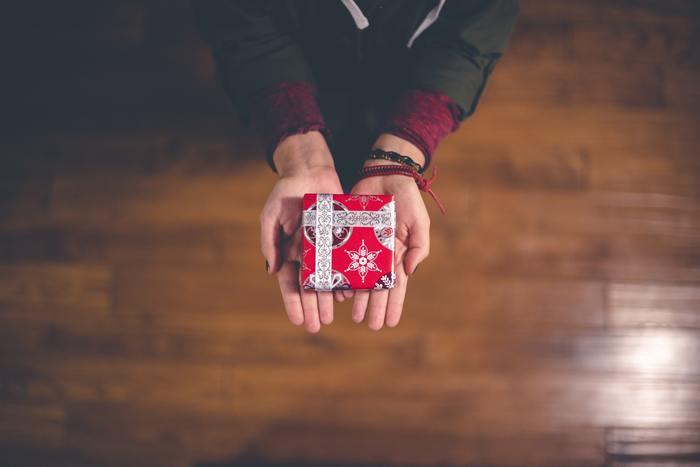 パートナーや自分の実の両親とでも、口で気持ちを伝えるのは難しいのに、義理の家族と言葉で分かり合うのはさらに難しいことだと思います。できればうまく距離感を保てるとうまく付き合っていけるのでは。そのうえで義理の家族の誕生日や何らかの記念日には、感謝の気持ちを形にしてプレゼントを贈るという、「目に見える形で気持ちを表す」のが最適でしょう。そのほうが相手にとっても、分かりやすい方法です。
