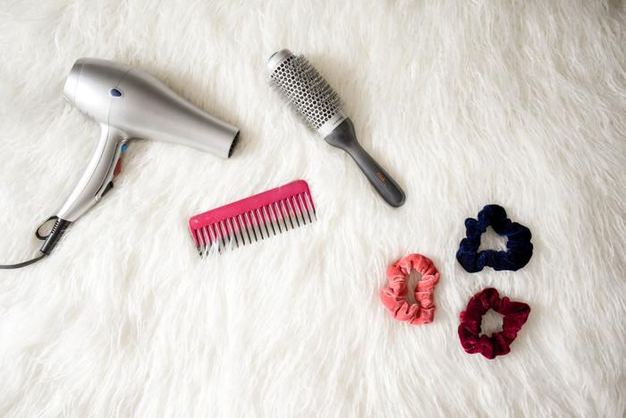 ドライヤーからの温風は平均で約110℃ほどあるため、20cm程度髪から離してドライヤーをあてましょう。キューティクルのうろこは上から下に向かってついていますので、上から下に向けて風を当てましょう。地肌の方から先に乾かすことで毛先のパサツキ予防に繋がります。濡れているあいだのブラッシングは髪が痛むので、歯の間隔の開いたコームなどで絡みだけをほどきましょう。