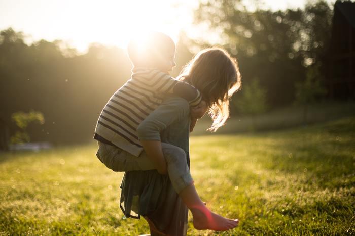 同じ両親から生まれて、なぜこんなにも性格が違うのだろうと感じるように、兄弟姉妹の性格が違うことはよくありますよね。それでも小さな頃はとても仲の良い兄弟だったけれど、大人になり親元を離れてからは全く会わなくなってしまったという関係の方も多いのでは?ときどき親友のように仲の良い兄弟姉妹を見かけますが、微笑ましいものです。それとは逆に、もう全く音沙汰なしの関係に発展している場合もあるでしょう。  そんな兄弟姉妹との付き合い方って…?