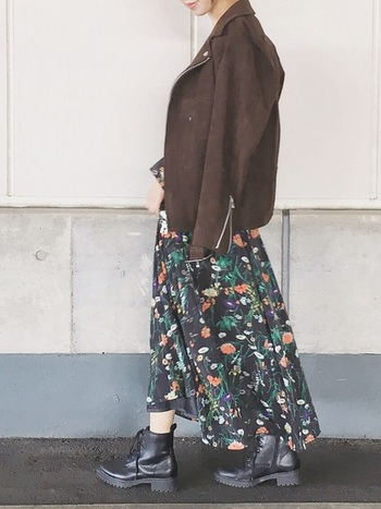 カラフルな大きめの花柄はぜひ着こなしてみたいアイテム。地の色を黒に、他のアイテムの色もモノトーンやこげ茶などにすることで、スカートを主役にしたまとまりのあるコーデになっています。