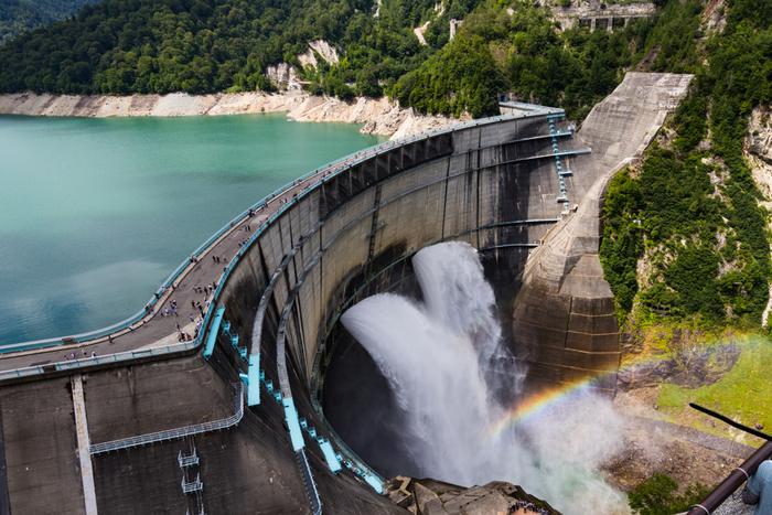 そのコースの中には「黒部ダム」もあり、夏~秋頃には観光放水も楽しめます。毎秒10トン以上の水を吹き出す迫力ある景色は見応え抜群。運が良ければ虹が見られることもありますよ。