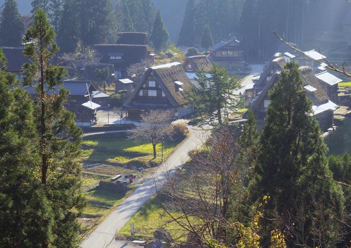 世界遺産にもなった合掌作りの集落は、富山県五箇山(相倉・菅沼)、岐阜県白川郷(荻町)の3つを合わせて「白川郷・五箇山の合掌造り集落」として登録されています。山間の相倉には、17世紀に建てられたされるものを含め20棟の家屋が建ち、資料館や食事処、お土産店、お宿などがもあります。川沿いにたたずむ菅沼には、9棟の家屋をはじめ資料館や食事処、お土産店があります。
