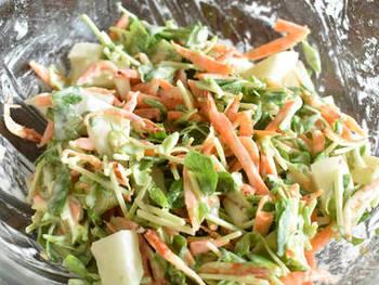 かき揚げは、野菜全体に打ち粉をしておくと、少ない衣でもまとまり、カラッと揚がります。衣は、卵なしでOK。氷水を合わせて、練らないようにざっくりまとめます。