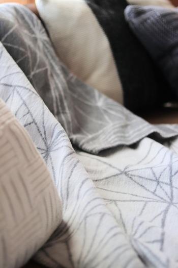 スウェーデン生まれのファブラスグースは、生活に欠かせないブランケットを、より肌触りや品質にこだわって作られているブランドです。  こちらは年中使いやすいコットン100%。 北欧ならではの色使いやデザインで、飽きずに長く愛用できそう。