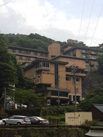 山の中の高台に建つこちらのホテル。眺望の良さに定評があり、若き料理長がつくる健康美食にも注目が集まっているホテルです。
