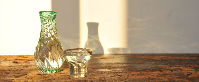 醸造アルコールは、甲類焼酎のような物でアルコールにしか溶け出さない日本酒の芳香成分をしっかりと日本酒の中に溶け込ませたり、味をスッキリさせるなどのメリットがあります。純米酒がコクがあるタイプだとすれば、醸造アルコールが含まれる物はさっぱりした味わいの傾向がある、という風にイメージすると良いかもしれません。
