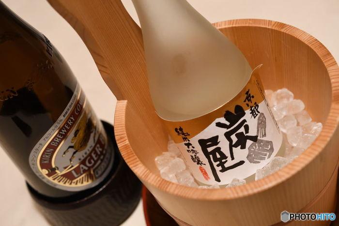 冷たく冷やした物は冷やではなく「冷酒」となります。冷酒は温度によって細かな名前が付いています。 ・涼冷え→15℃ ・花冷え→10℃ ・雪冷え→5℃ ※冷やして飲むとスッキリした味わいになりますが、冷やしすぎると酸味が立ったり香りが淡く感じられる事も。