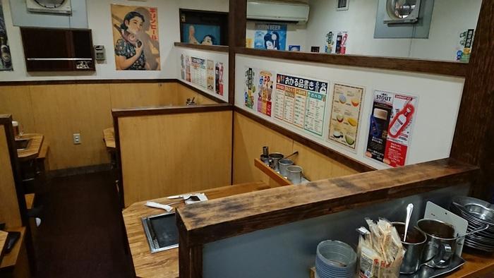 中に入ってみると、木でできた温かなボックスタイプのテーブルが並んでいます。また、壁には昭和のポスターが貼られており、昔懐かしい雰囲気も味わうことができます。