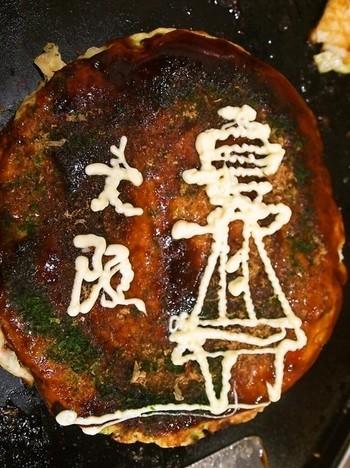 こちらはシンプルな定番の「豚玉」。ふんわりとして、だしがきいた安定のおいしさです。店員さんがなれた手つきで丁寧に焼いてくれます。そして最後に、おかみさんがマヨネーズアートを披露してくれます。通天閣や太陽の塔など、大阪ならではのものを描いてくれるので、観光客はとてもワクワクして楽しい気持ちになれます。