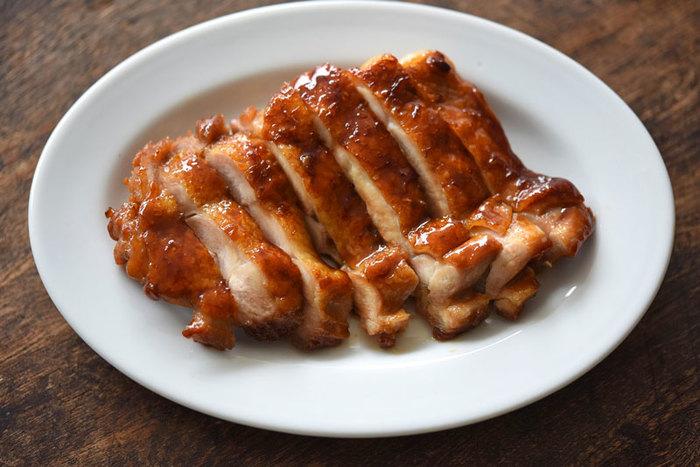 フライパン1つで出来る鶏の照り焼きはお子さんも大好きな味付けなはず。味付けがしっかり効いているので冷めてもおいしく、お弁当のおかずとしてもおすすめです。ご飯にタレを絡めながら食べたいですね!照り焼き丼にするのも◎