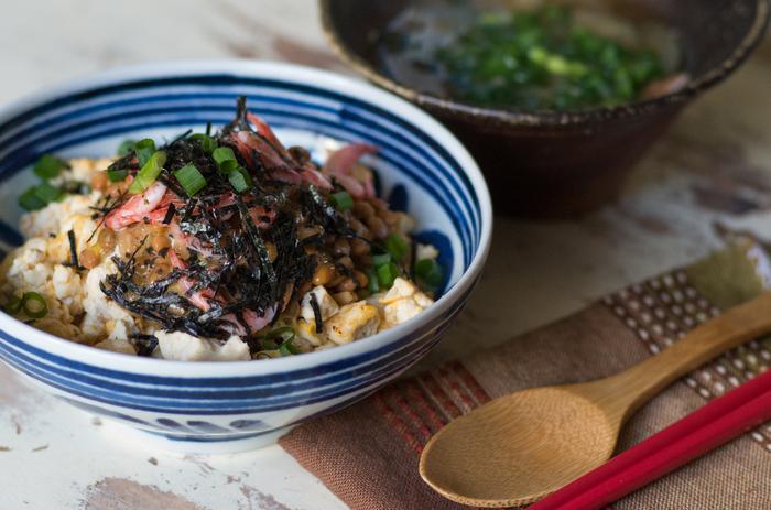 丼が食べたくなった時には、豆腐と卵でお米の代わりにしてみましょう。乾煎りしてポロポロになった豆腐と卵は食べ応えも◎お好みの具材をトッピングしてオリジナル丼を作ってみてくださいね。