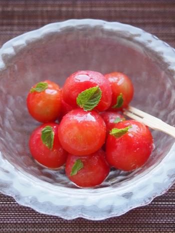 トマトを丸ごとスイーツにすれば、低カロリーで罪悪感もありません。はちみつをレモン汁に付けたトマトを冷凍庫に常備して、口さみしい時のアイス代わりにしてみてはいかがでしょうか♪