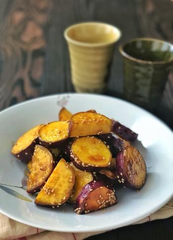 ホクホクの大学芋は、揚げずに焼いて作るとヘルシーに仕上がります。オリーブオイルで炒めるのがポイント。食べ応えもあるので、小腹が減った時にぴったりのスイーツです。