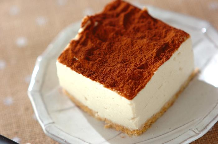 一見ティラミスに見えるこちらのケーキは豆腐を使ったヘルシースイーツ。完熟したバナナを使うので、甘味料も少なくて済むんです。粉寒天を入れて冷やし固めるアイデアレシピ♪