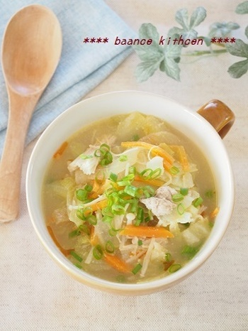 こちらの淡々スープは野菜を細かく切って炒めておくと、煮込む時間がかからず、あっという間に作れます。ラー油を最後に垂らせばピリ辛の食欲そそる味わいに。お子様がいる場合は、ラー油なしにすればOKなので、家族みんなでおいしく頂けますよ。