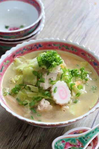 まるでラーメンのようなこちらは、練りごまと鶏がらスープの素で作る具だくさんスープなんです。鶏むね肉が入って食べ応えも抜群。キャベツやゴボウなどたくさんの野菜が入って食感も楽しめます。