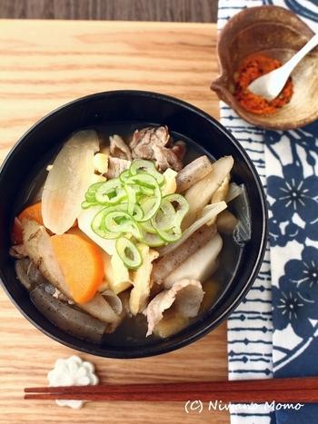 寒い日の夜にはあたたかい豚汁でほっこりしたいですね。こちらのレシピは具材が9種類も入って、栄養も満足感も◎たくさんの根菜や豚肉の旨味が溶け合っておいしく仕上がります。