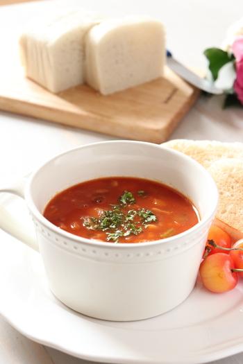 具だくさんスープと言えばミネストローネですよね。こちらは野菜はもちろん、大麦も入っていて食感も楽しめます。調味に味噌を使うので旨味が入って、トマトの酸味もまろやかに。