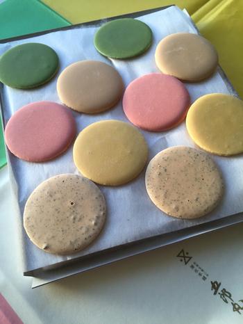 その薄氷をベースに作られた「T五(ティーゴ)」は、5つのTONEとTASTEを表し、桜・抹茶・柚子・和三盆・胡麻の味の詰合せです。繊細な色彩と風味は見た目にも嬉しいお土産に。