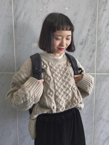 ほっこりとした印象の編み目が特徴的なニットにフリルネックを合わせることでかわいらしい印象に。 しっかりめのリュックはボーイッシュになりがちなので、フリルの力を借りましょう。
