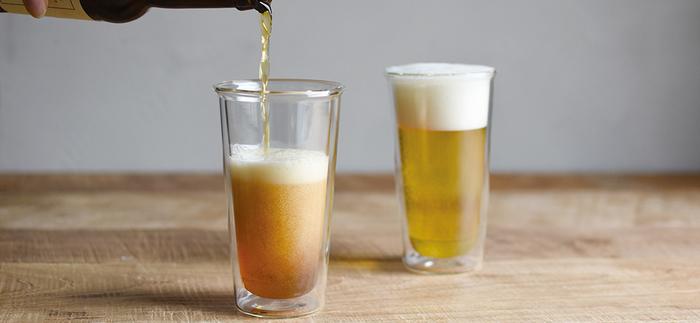 ビールは季節を問わず好まれる飲み物ですが、寒い季節はグラスの冷たさがちょっと気になりますよね。【KINTO(キントー)】の人気シリーズ「CAST」のビアグラスは、二重構造の独特なデザイン。水滴が付きにくく、ひんやりした感触が軽減されます。