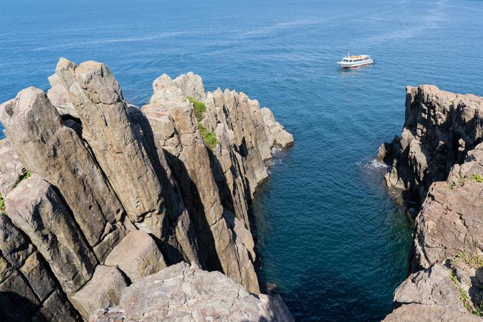 三国町の海岸線1kmにわたる「東尋坊」は、波の浸食によって削られた断崖絶壁が続く奇勝地です。このスリリングな景観を作る世界に3か所しかない珍しい奇岩「輝石安山岩の柱状節理」は、国の天然記念物に指定され、東尋坊タワーや遊覧船からも楽しめます。