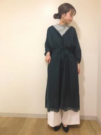 クローゼットの奥に眠っているワンピースも、ハイネック×ワイドパンツの合わせ技で最新スタイルに!インナーの色はグレーでモノトーンの中にも柔らかさを。