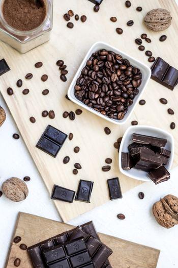 チョコレートの種類や原材料について知っておくと、仕上がりのテイストもイメージしやすくなります♪  まず、おなじみのミルクチョコレートは、ミルク(乳製品)を入れて作るチョコレートです。  これに対して、乳製品が入らないのがビターチョコレート。カカオマスが40~60%ほど使われているチョコレートです。  また、カカオマスが70%以上配合されているものは高チョコレートと呼ぶことがあります。含有量が多いほど苦みが際立ちます。