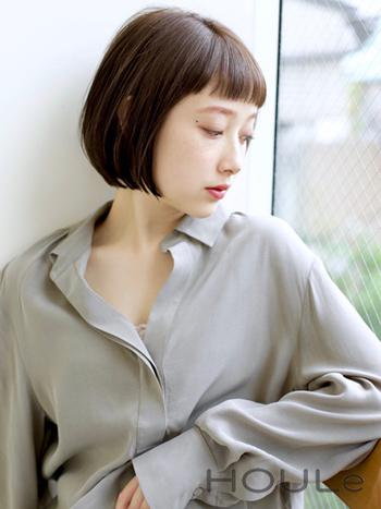 こちらはシンプルな髪型でありながらも、可愛いショートバングが印象的なボブスタイル。前下がりの美しいシルエットが、女性のナチュラルな魅力を引き立ててくれます。