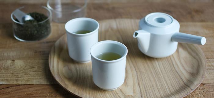 食後に温かいお茶を出せば、ゲストもほっこりしてくれるはず。湯呑みをいくつか揃えておきたい時も、和と洋の両方に使えるシンプルな物がおすすめです。飲み物の色も引き立ちますよ。