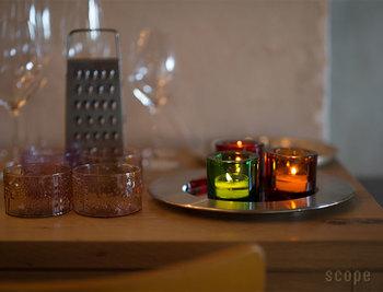 キャンドルの優しい明かりも、気持ちをほっこりと温めてくれるアイテムの一つ。特にディナータイムには、炎の美しさが際立ちます。ただし、近くで卓上コンロを使う時などは、火の扱いに十分気を付けて下さいね。