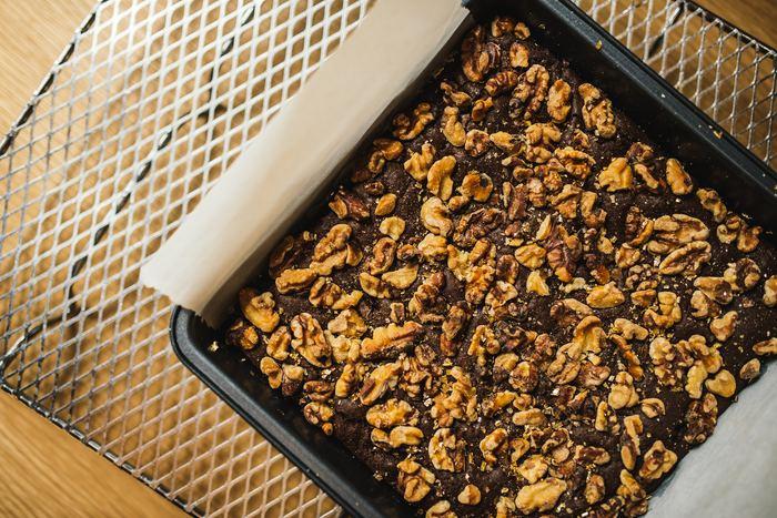 チョコレートの種類は、単純に甘さの度合いだけが違うわけではありません。例えばカカオマスの配合量が多いチョコレートは、通常のチョコレートと比べて脂質やカフェインなどの含有量も多くなるので、摂りすぎないよう気をつけましょう。ホワイトチョコレートもまた脂質が多めのチョコレートです。  これらのチョコレートをミルクチョコレートの代わりに置き換えてしまうと、油分のバランスが崩れてしまうため、ほかの材料の分量調整も必要になることがあります。チョコレートの置き換えに慣れていないときには、ビターチョコレートやホワイトチョコレートなど、使いたいチョコレートがそのまま材料に書かれているレシピを選ぶようにしましょう♪
