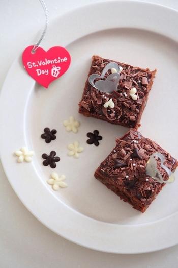 こちらはバレンタインにぴったりのブラウニーのレシピです。ミルクチョコレートはデコレーションにも活用。デコレーションはお好みでいろいろアレンジを楽しめます。甘さを調節したいときには、ホワイトチョコレートのチップや無糖のココアパウダーを振りかけると良いでしょう。