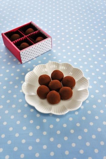 トリュフは定番のチョコレートスイーツのひとつですね。こちらはちょっぴりユニーク、紅茶のフレーバーが楽しめるレシピなんです。材料は4つだけ、調理時間は15分程度なのでお手軽ですよ♪