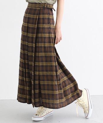 膝上だと制服みたいになっちゃうチェックスカートも、膝下丈なら大人っぽく着こなせます。最初は同系色のカラーでまとまったチェックスカートを手に入れるのがいいでしょう。