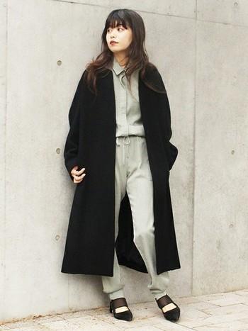 ジャンプスーツは1枚でエフォートレスシックなムードを生み出す優れもの!ロングコートやファージャケットに合わせて自分らしく着こなして。