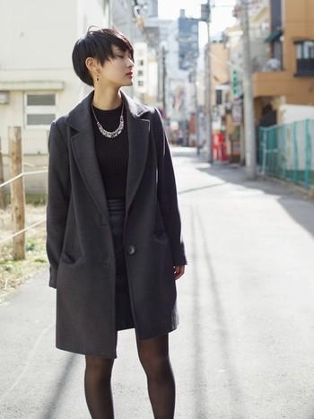 定番の黒ニット+チェスターコートの着こなしも、レザーの黒タイトスカートを投入するだけでグッと雰囲気が垢抜けます。切れのあるクールなシルエットの中に、大人の女性に似合うエレガントカジュアルな空気が漂います。