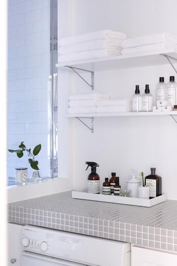 毎日使うスキンケアアイテムもプレートの上にディスプレイしてあげることで、おしゃれなインテリアに早変わり!洗面所には清潔感のある白のプレートが似合います。