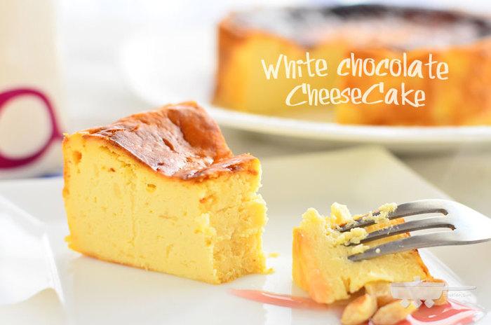 ホワイトチョコレートを混ぜ入れたチーズケーキのレシピです。チーズはクリームチーズのみなので、材料の準備もお手軽。チーズケーキをさらに濃厚にした味わいが楽しめます。ホールケーキなので、おもてなしバレンタインスイーツにも◎