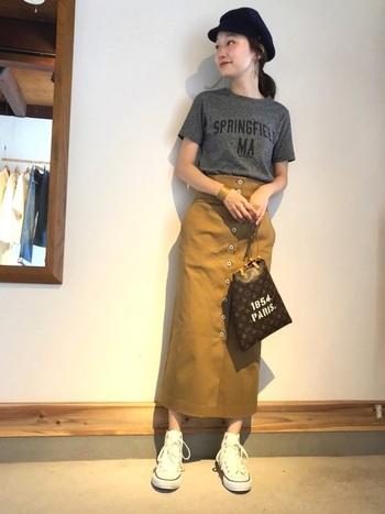 その日の主役になってくれる、ハイウエストのタイトスカート。ダークトーンのトップスをコンパクトに合わせてあげれば、派手になりすぎない大人カジュアルコーデを作れます。