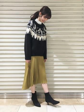 秋にしっくりと溶け込んでくれるのは、少しくすみがかった「マスタードイエロー」。肌なじみがいいので40代の方にもおすすめのカラーです。ミモレ丈のプリーツスカートを選べば、品のある女性らしい雰囲気に。