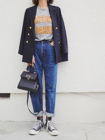 トラッド感のある着こなしを作る、紺のジャケット。ラフなジーンズやTシャツに合わせることで、ワンランク上の大人カジュアルコーデが完成します。