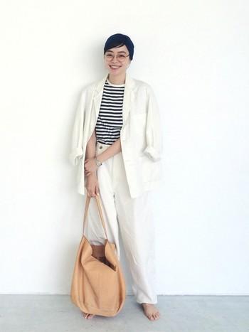 白のジャケットには思い切って白のジーンズを合わせて、セットアップ風に着こなして。インナーにボーダーカットソーを合われば、夏にぴったりな爽やかなマリンスタイルに。