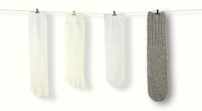 最近では、冷えとり用の靴下も人気。シルクとウール、素材の異なる靴下を交互に4枚重ね履きすることで、汗を逃がしながら、しっかりと足先を中心に下半身を温めることができます。