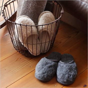 """フローリングの上で過ごす時は、スリッパやルームシューズを用意しておきましょう。おすすめは""""洗濯""""が可能な物。いつでもきれいな状態でスタンバイしておけますよ。"""