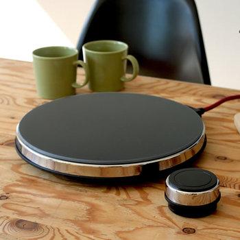 """最後まで熱々のお鍋を楽しみたいなら、卓上調理器も用意しておきましょう。例えば、こちらはすっきりした薄さが魅力の""""IH調理器""""。ワイヤレスのリモコンで、どの位置からでも温度調節が出来ます。"""
