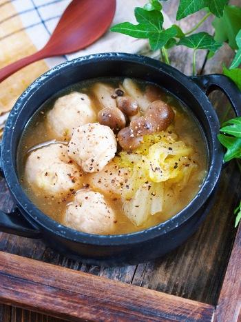 生姜入りでからだもぽかぽかになる鶏団子と白菜の生姜とろみスープです。白菜をさっと炒め、あとは煮汁と鶏団子を加えて10分煮るだけ。ボリューム満点なので、おかずにもなるスープです。