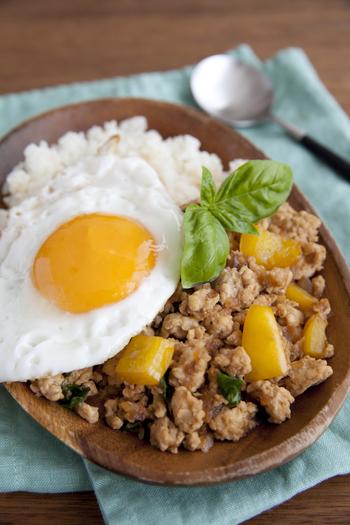 ポロポロの鶏ひき肉が食べ応えのあるガパオライスです。鶏ひき肉なのでカロリーも控えめ。パプリカと玉ねぎもたっぷりで見た目にもたのしい、おもてなしにもおすすめなレシピです。