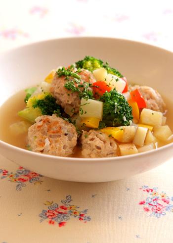 野菜たっぷりがおいしいチキンミートボールスープです。コンソメ味がやさしく染み渡る、ほっとする味です。トマトソースや粒マスタードなどを加えて自分だけの味にアレンジしても◎。